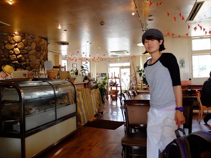 คนนี้ครับอาซึกะ เดินไปเดินมางานยุ่งน่าดูแต่ก็แวะมาคุยไทยปนอังกฤษด้วยตลอด
