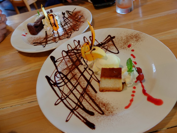 ของหวานมาเสริฟ์แล้ว แหม่จัดมาสวยจนไม่อยากจิ้มเลยแฮะ ไอ้เจ้า mammamia's pudding นี่อร่อยมากครับเหมือนชีสเค้กนุ่มๆผสมพานาค๊อตต้า มาพร้อมไอศครีมวนิลากับผลไม้ ส่วน chocolate cake ก็เสริฟ์มาคล้ายๆกันครับ สรุปอร่อยทั้บคู่แต่ถ้าให้เทียบกันผมชอบ pudding มากกว่าครับ