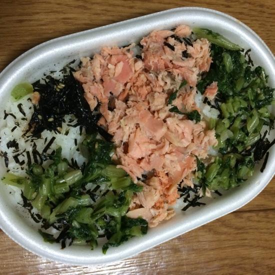 อาหารตู้แช่จากร้านสะดวกซื้อ AEON ข้าวหน้าปลาแซลมอนกับผัก กล่องละ 400 กว่าเยน แต่อร่อยมากเลยนะ