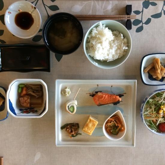 ชุดอาหารเช้าแบบญี่ปุ่น ราคาชุดละ 750 เยน ขอบอกว่าอร่อยมากๆๆ เป็นมื้อที่คุณพ่อชอบที่สุดเลย