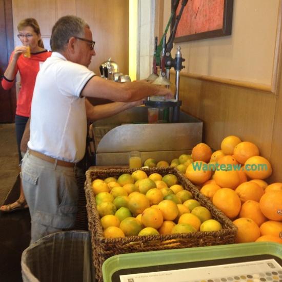 สิ่งที่สะดุดตาผมที่สุดก็คือโซนคั้นน้ำส้มซึ่งแขกก็จะต้องเลือกผลส้มลูกโตๆหรือเกรปฟรุต ผ่าครึ่งแล้วเอาไปกดในเครื่องหน้าตาอย่างที่เห็น