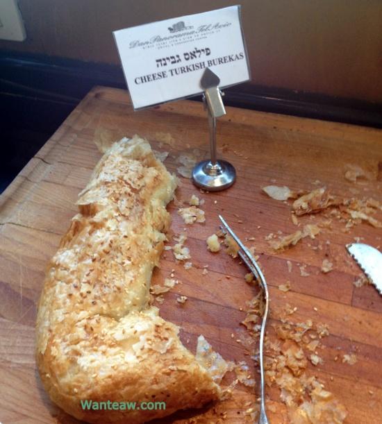 อันนี้ทีเด็ดครับเป็นขนมปังอบใส้ชีส ข้างนอกกรอบเหมือนพายแต่ข้างในนุ่มมมมมชีสเยิ้มๆอร่อยม้ากกกก