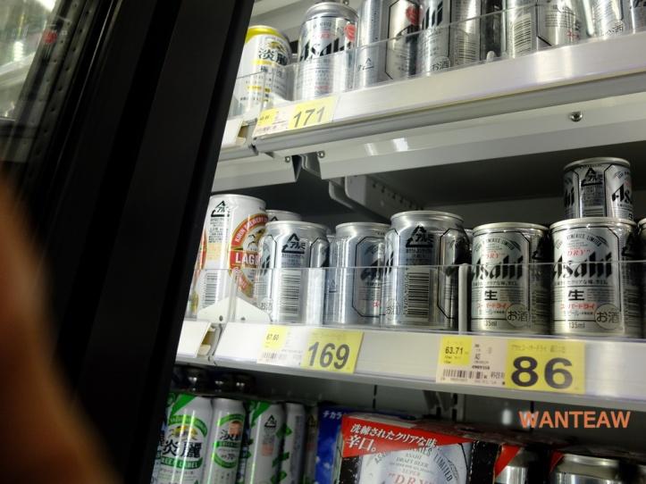 ญี่ปุ่นมีเบียร์หลายยี่ห้อหลายแบบมากเลยครับแต่ที่ฮิตที่สุดก็ต้องอาซาฮีดรายนี่แหละ บ้านเราก็มีขาย