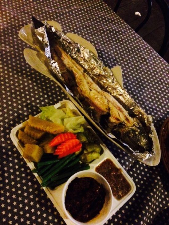ปลาช่อนเผาเกลือทานกับน้ำพริกตาแดงอร่อยดี