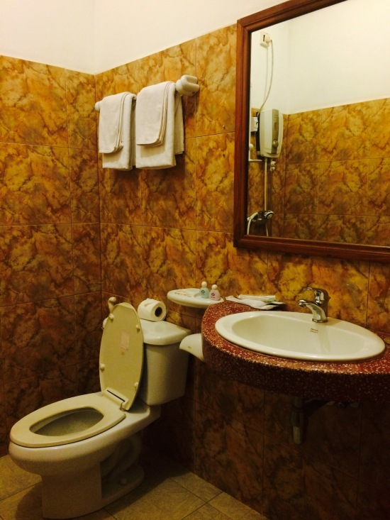 ห้องน้ำกว้างและสะอาดดี แต่น้ำไหลไม่แรงและร้อนมากกก