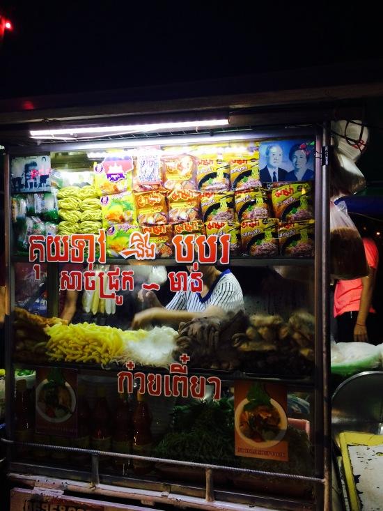 เจอบะหมี่ร้านนี้ระหว่างทางเดิน อยากชิมมากกกก มีมาม่าไทยด้วยนะ มีภาษาไทยแปะอยู่ด้วยยย