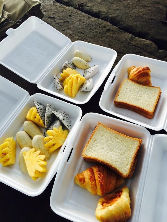 เนื่องจากพวกเราจะไปชมพระอาทิตย์ขึ้นที่นครวัด มื้อเช้าทางโรงแรมก็เตรียมอาหารเช้าแบบง่ายๆมาให้ คือขนมปังทาเนยโคตรบาง ครัวซองที่อร่อยใช้ได้ และผลไม้ ก็คิดว่ากินกันตายไปก่อน ดีกว่าไม่มีจะกินเน๊อะ