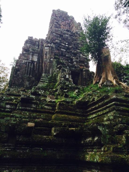 ด้านหลังถัดไปจากพระราชวังหลวงจะมีปราสาทพระป่าเลไลย์ มีขนาดเล็กและพังทลายไปเยอะแล้ว