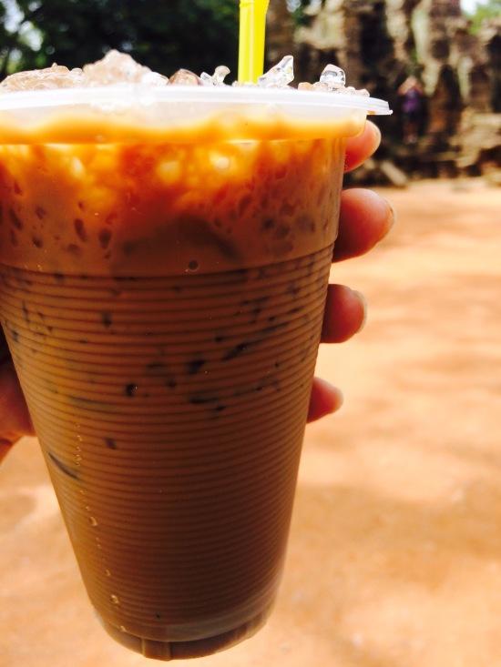 จากอาหารมื้อเที่ยงที่แสนเลี่ยนเราก็ตบตูดด้วยกาแฟเย็น ตอนแรกเข้าใจว่าเค้าขายกาแฟสด แต่พอสั่งไปแล้วดันกลายเป็นกาแฟโบราณราคา $1 โดนเขมรจัดซะแล้ววว