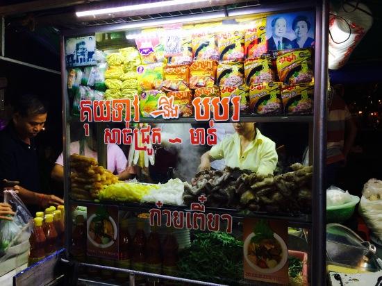 บะหมี่ร้านนี้เดินผ่านเมื่อวานแล้วสนใจแต่ยังไม่ได้ชิม วันนี้เลยมาเก็บตก แม่ค้าพูดไทยได้เพราะเคยไปทำงานที่เมืองไทยหลายปี ร้านอยู่ไม่ไกลจาก Pub Street อยู่ริมคูเมือง