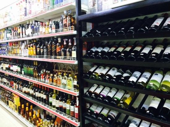 ขายเหล้า เบียร์ ไวน์ เยอะมากกก แต่ราคาค่อนข้างสูง