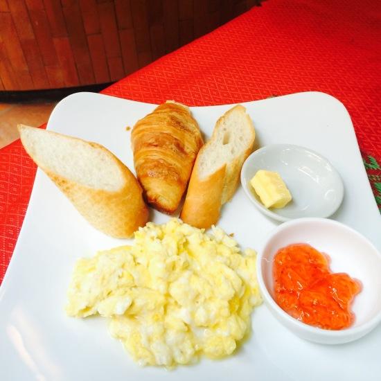 เราเลือก Scramble Egg ทานกับครัวซองและ Baguette