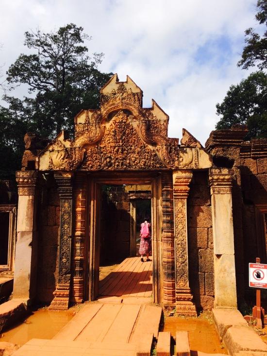 Banteay Srei หรือบันทายสรีเป็นเทวสถานขนาดเล็ก แต่ยังคงความสวยงามได้อย่างสมบูรณ์มากๆ ส่วนหนึ่งคงเพราะมีการกั้นพื้นที่ไม่ให้นักท่องเที่ยวสัมผัสปราสาทได้