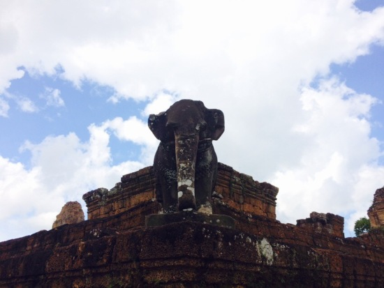 เอกลักษณ์ของที่นี่คือจะมีรูปปั้นช้างอยู่บนมุมฐานทั้ง 4 มุม