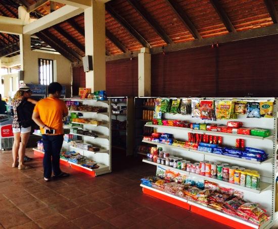 ข้างในศูนย์บริการมีร้านขายขนม กาแฟของที่ระลึกและมีห้องน้ำให้บริการแต่ไม่สะอาดเท่าไหร่