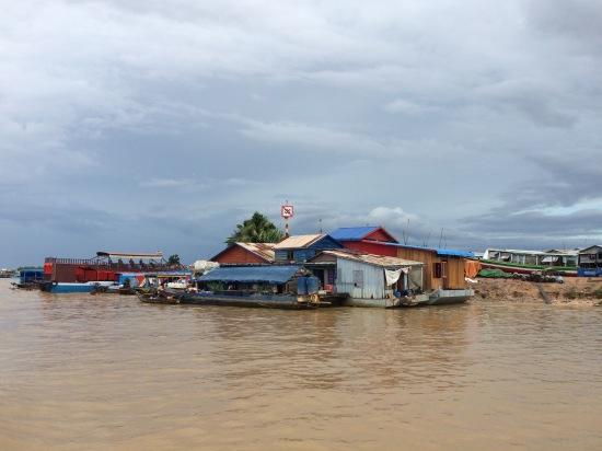 ชุมชนกลางโตนเลสาบ