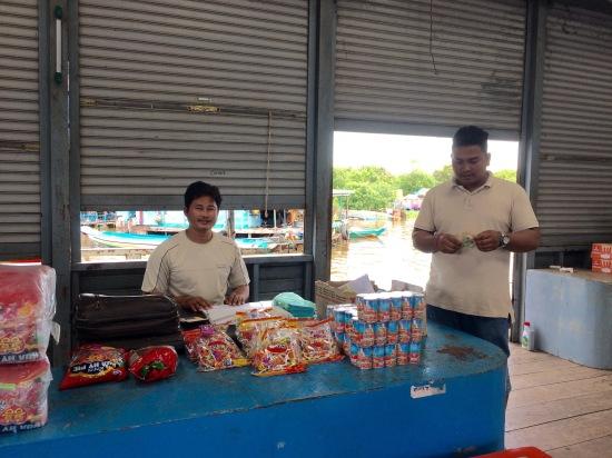 อาหารแห้งที่มีขายคือ ข้าวสาร ปลากระป๋อง มาม่า อมยิ้ม พี่สองคนนี้เค้าบอกว่าเค้าเป็นอาสาสมัครมาช่วยทำงาน