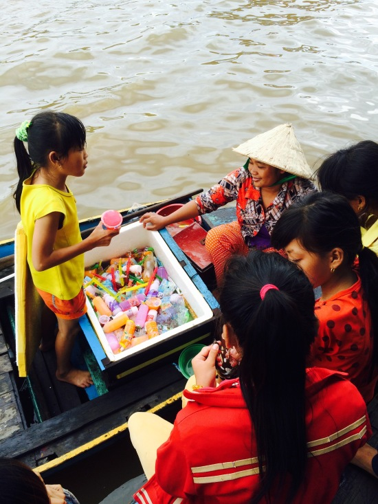 มีเรือมาขายไอติม เด็กๆมารุมกันใหญ่ ความสุขเล็กๆ
