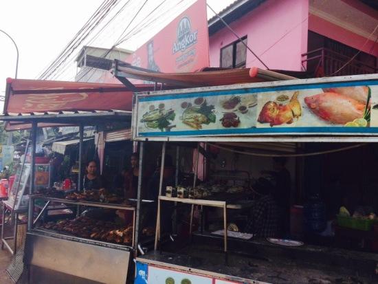 ซูมหน้าร้านจะมีเตาย่างไก่ย่างปลา กลิ่นหอมมาก