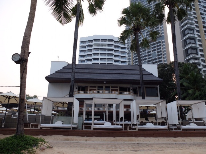 ภาพจากชายหาดมองเข้าหาโรงแรม
