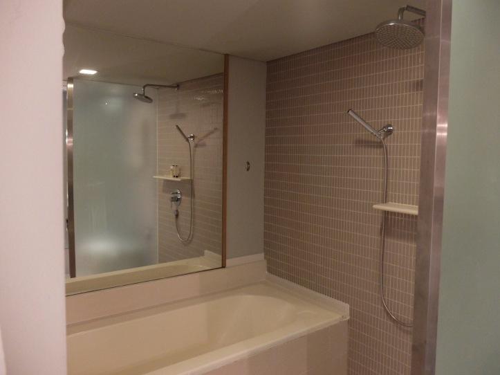 มีทั้งอ่างอาบน้ำ และฝักบัวพร้อม rain shower