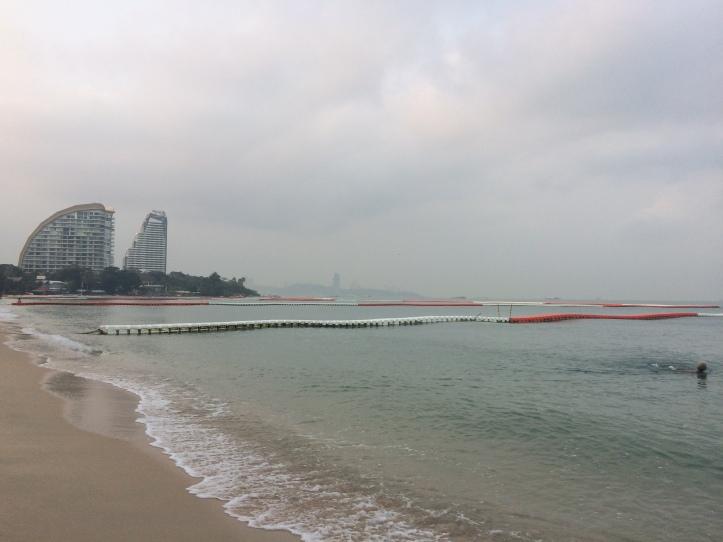 ชายหาดหน้าโรงแรมยามเช้า